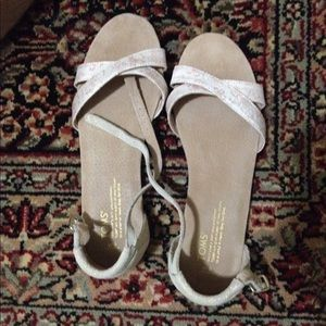 Toms size 9w color tan/nude, peachy flowers, gold